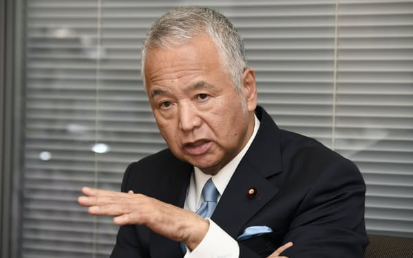 インタビューに答える自民党の甘利氏(9日、東京都千代田区)