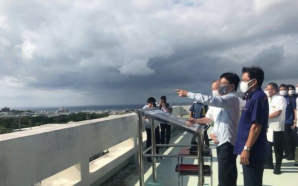 市役所屋上から米軍普天間基地を視察する加藤官房長官(10日、沖縄県宜野湾市)