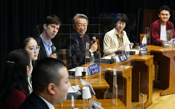 学生らと討論する立教大学の池上彰客員教授(右から3人目)=10日、東京都豊島区
