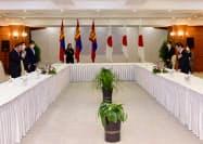 モンゴルのバトトルガ大統領と会談する茂木外相(写真(右)、10日、ウランバートル郊外)