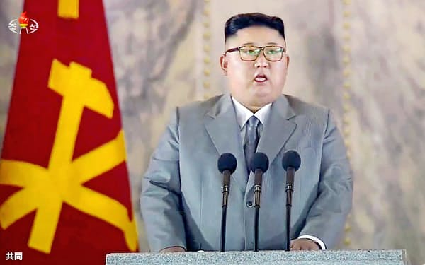 北朝鮮の朝鮮労働党創建75年を記念して平壌の金日成広場で行われた軍事パレードで演説する金正恩党委員長。朝鮮中央テレビが10日放映した(共同)