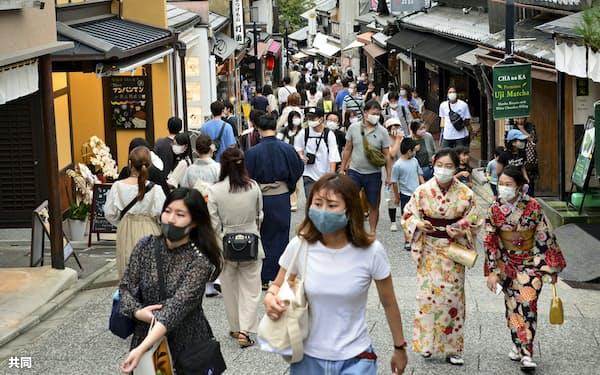 観光客らでにぎわう清水寺の参道(3日、京都市)=共同