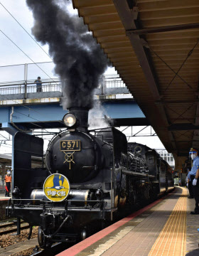 観光列車「SLやまぐち号」(JR新山口駅)=共同