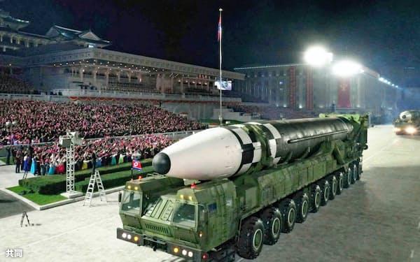 北朝鮮が10日に公開した新型とみられるICBM。従来より長さと直径が大きくなった=コリアメディア提供・共同