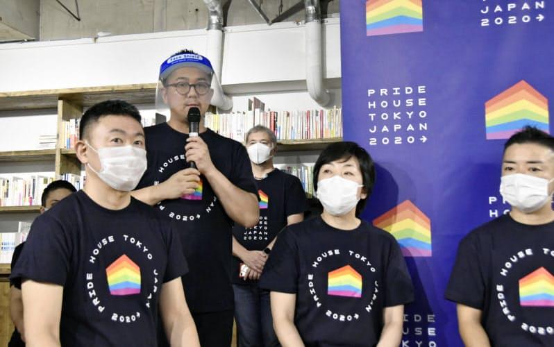 「プライドハウス東京レガシー」について説明する運営団体の松中権代表(左から2人目)ら(11日、東京都内)=共同