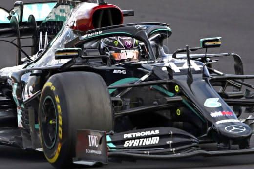 F1アイフェルGPで優勝し、歴代最多勝に並んだハミルトン=AP