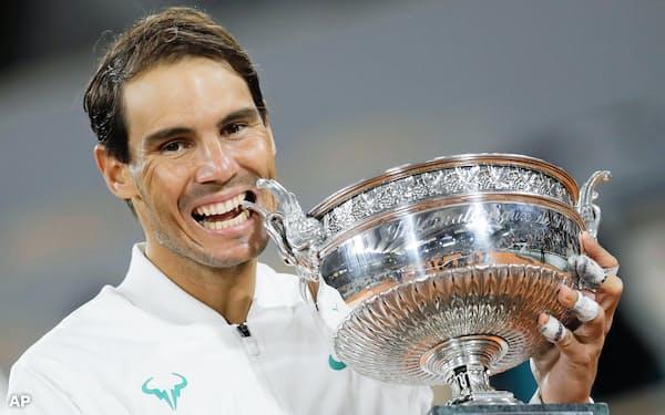 テニスの全仏オープン男子シングルスで4連覇し、四大大会で男子最多に並ぶ20度目の優勝を果たしたラファエル・ナダル(11日、パリ)=AP