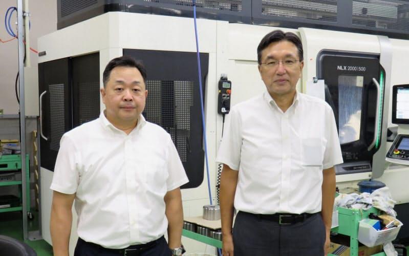 石和田会長(右)は新規事業の受託金属加工を軌道に乗せ、柳内社長にトップを譲った(東京都青梅市)