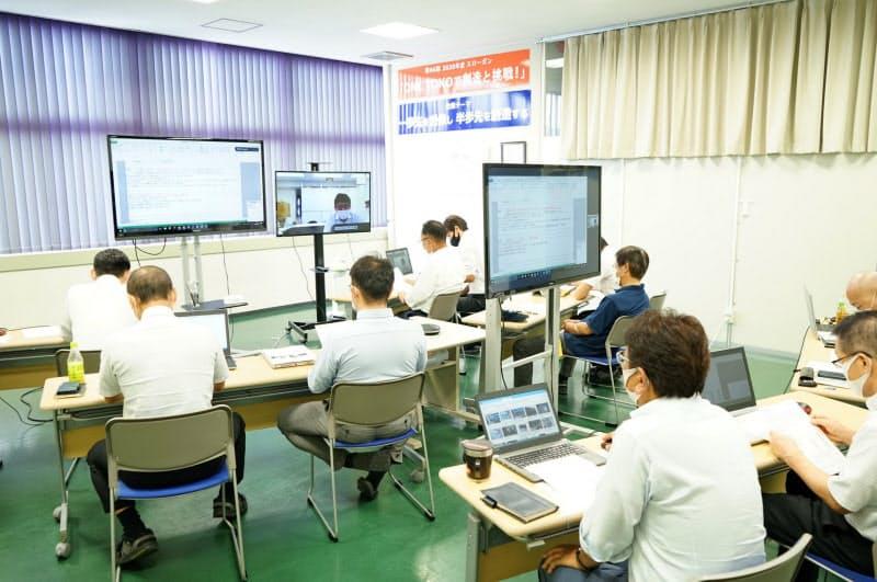新製品提案会ではビデオ通話アプリも使った(福井県鯖江市)