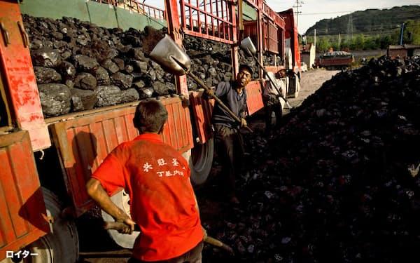 中国国内の石炭価格も上昇(甘粛省の炭鉱近くで石炭を積み込む労働者ら)=ロイター
