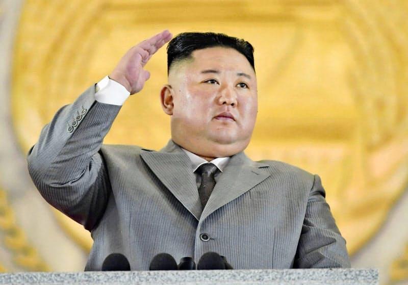 平壌の金日成広場で開催した軍事パレードを閲兵する金正恩委員長。これに先立つ演説では時に涙ぐむ場面もあった(10日)=朝鮮中央通信・共同