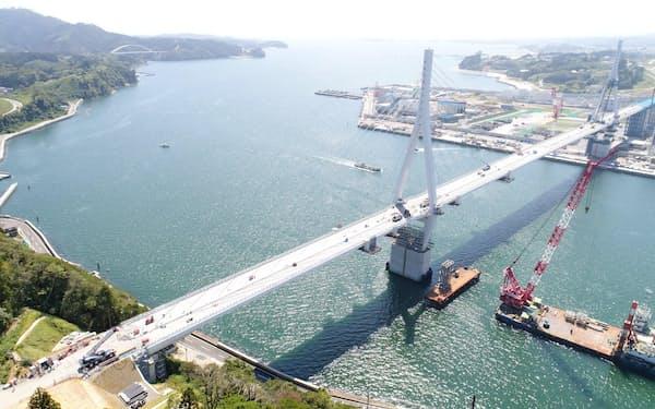 6月に最終工程の橋桁をつなげる作業が完了した気仙沼横断橋(宮城県気仙沼市)