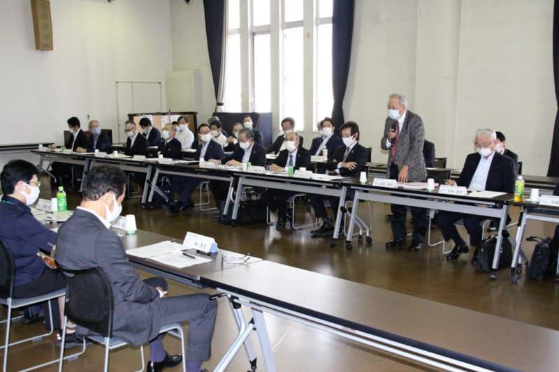 協議会には岡山市内に乗り入れる路線バス9社の幹部全員が久々に顔をそろえた(12日、岡山市)