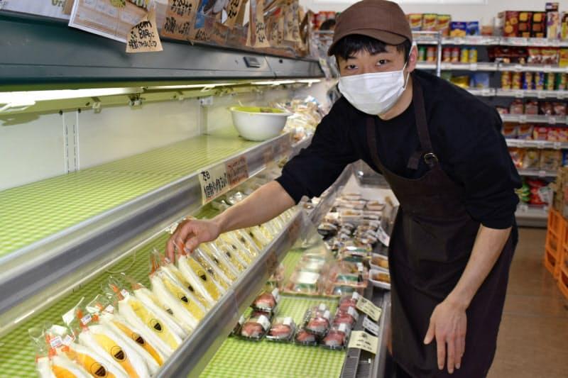 1日で800個を売り上げたこともあるフルーツサンドを考案した谷地宏康さん(山形県遊佐町のグリーンストア)