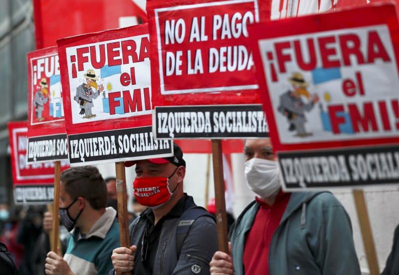 IMFの訪問に抗議するアルゼンチン国民(6日、ブエノスアイレス)=ロイター