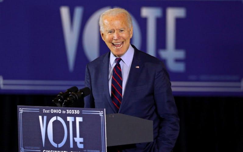 オハイオ州シンシナティでの選挙キャンペーンで演説するバイデン氏=ロイター