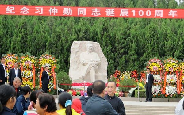 父、習仲勲氏の広大な陵墓公園と像は生誕100周年の日、極めて厳重な警備が敷かれていた(2013年10月15日、陝西省富平県で)