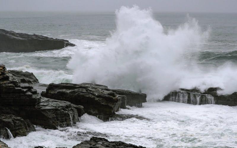 台風14号が接近し、和歌山県白浜町の海岸に打ち寄せる波=9日午後