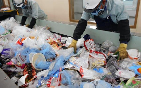 家庭から排出されたプラごみから容器包装とその他を選別し、それぞれをリサイクルする(東京都日野市)