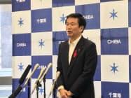 県議会の閉会後、記者団の取材に応じる森田健作知事(13日、千葉県庁)