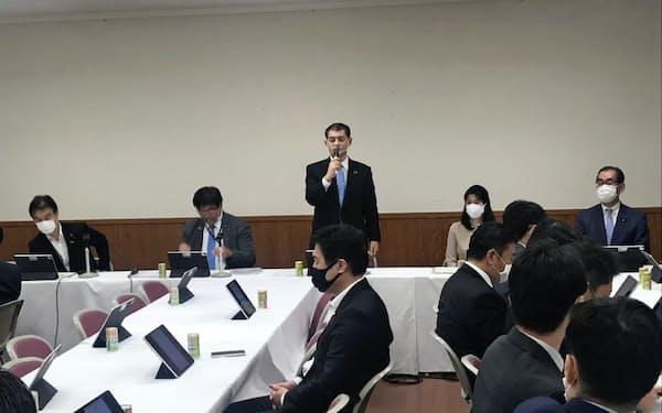 自民党教育再生調査会であいさつする柴山調査会長(10月13日、党本部)