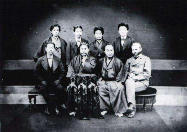 1877年(明治10年)ころの三菱幹部、岩崎彌太郎は前列左から2人目(三菱資料館提供)