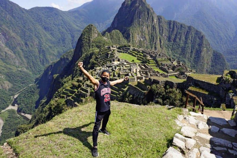 10日、ペルー・マチュピチュ遺跡訪問を喜ぶ片山慈英士さん(本人提供・共同)