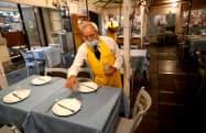 飲食店は午後9時以降は着席のみ許可する(6日、ナポリ)=ロイター