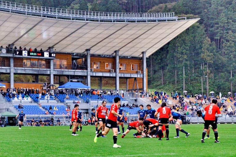記念試合では、感染防止対策で来場者を制限したため、客席に空席が目立った(10日、岩手県釜石市)