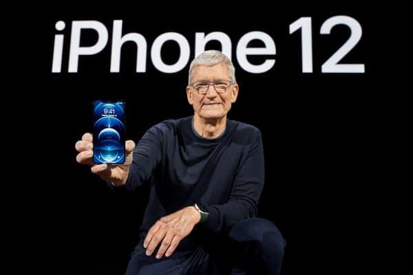 オンライン発表会で「iPhone12」を披露する米アップルのティム・クックCEO=同社提供