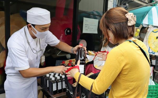 クロモンこども食堂は月2回、企業などから寄付を受けた食料を配っている(東京・品川)