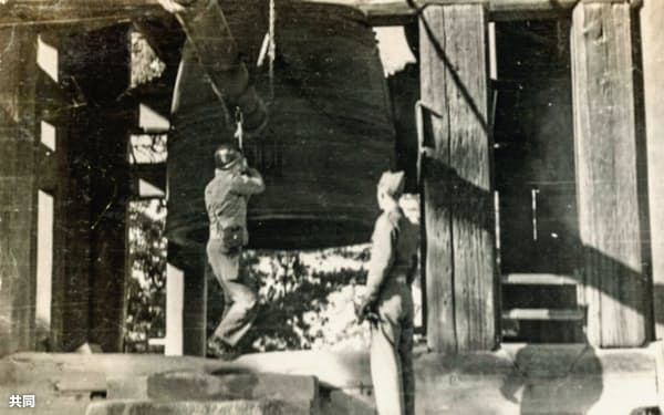 東大寺の鐘をつく進駐軍関係者の写真(Hiro Naganoさん所有)=共同