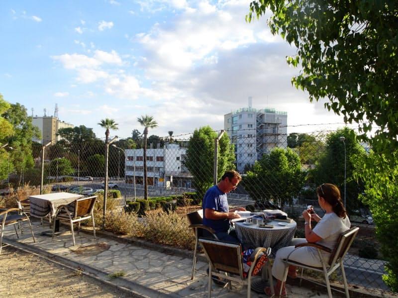 フェンスの向こう側はユーロが流通するギリシャ系のキプロスだ(11日、ニコシア)