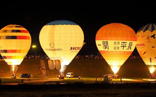 夜の闇に熱気球が明るく浮かぶ「バルーンイリュージョン」(2018年10月、岩手県一関市)