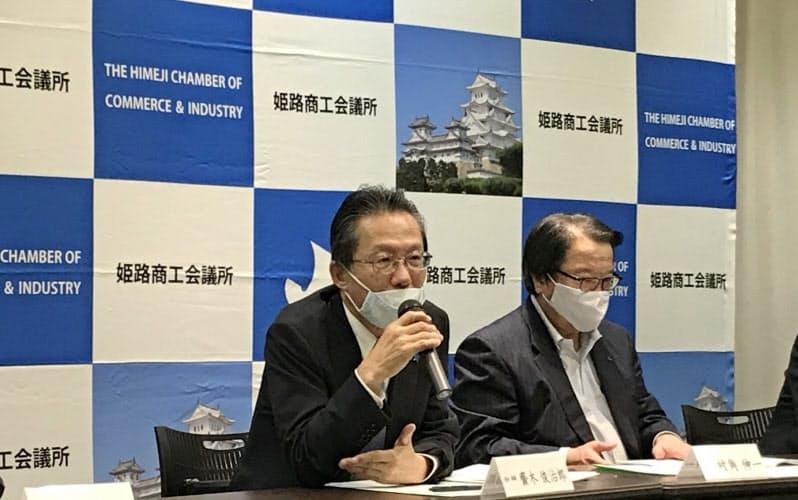 記者会見する姫路商工会議所の斎木会頭(13日、兵庫県姫路市)