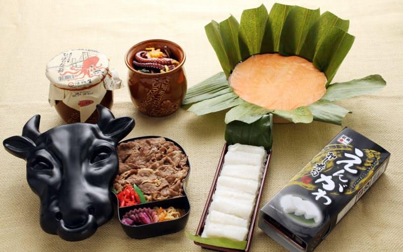 (右手前から左へ)東1位 えんがわ押し寿司、西1位 モー太郎弁当。(右奥から左へ)東2位 ますのすし一重 (左手前から)、西2位 ひっぱりだこ飯