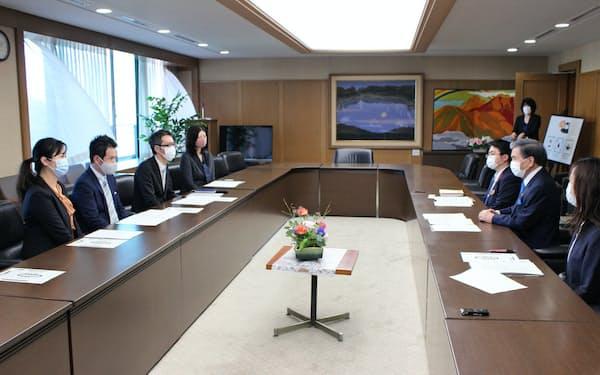 くまもとブライダル協議会の設立を蒲島知事に報告した協議会役員ら(14日、県庁)