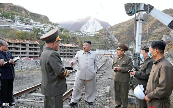 鉱山地区を視察する金正恩氏=朝鮮中央通信・共同