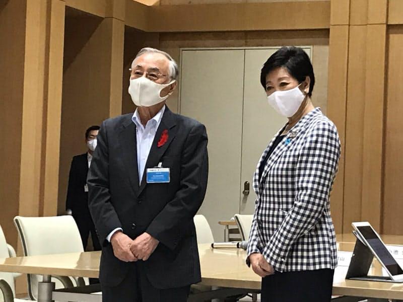 千代田区の石川区長(左)は小池都知事にIT人材の応援を要望した(14日、都庁)