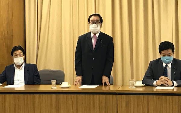 会議冒頭であいさつする自民党千葉県連の渡辺博道会長(14日、党本部)