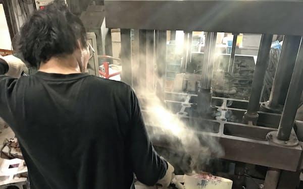 熱した砂型に溶けたアルミを流し込む(兵庫県尼崎市の太洋アルミ鋳造で)