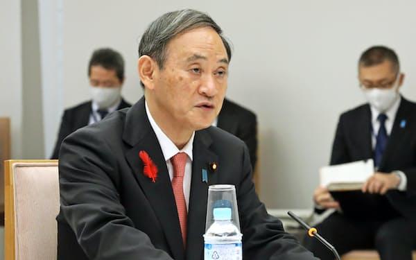 テレビ会議方式で行われた国と地方の協議の場であいさつする菅首相(13日、首相官邸)