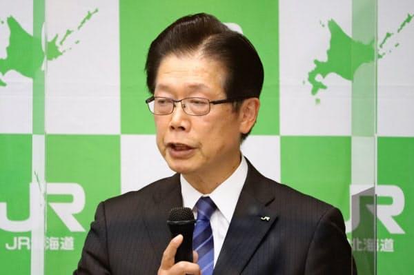 記者会見する島田社長(14日、札幌市)