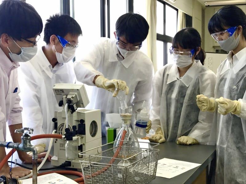 四国化成は高松高校で、アセトアミノフェンの合成実験を指導した(9月、高松市)