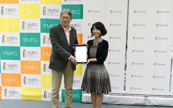 地域のデジタル化推進で連携する(14日、広島市、(左)=山口FGの吉村猛会長、日本マイクロソフトの三上智子執行役員)