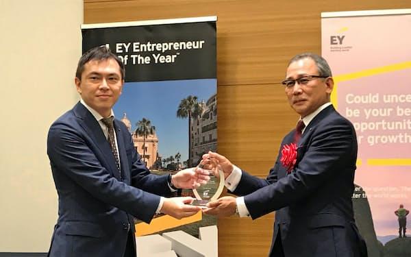 中国地区の代表に選ばれたオタフクホールディングスの佐々木社長(右)
