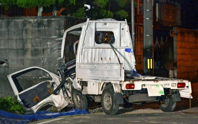 民家の塀に激突した軽トラック(14日午後9時30分、香川県坂出市)=共同