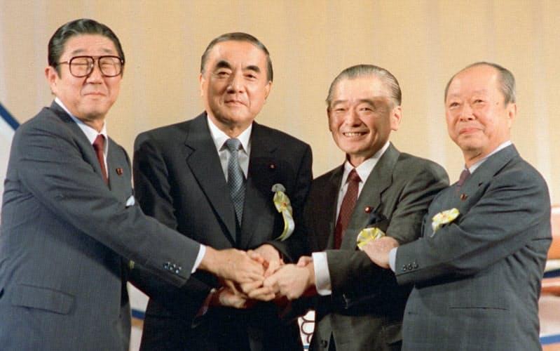 中曽根氏(左から2人目)は、竹下氏(その右)らニューリーダーを後押しした