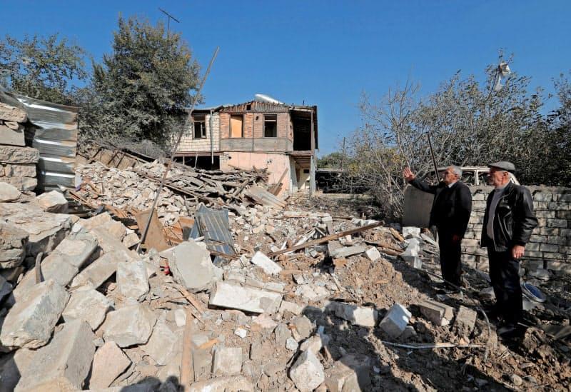 爆撃で破壊された家屋(14日、ナゴルノカラバフ)=ロイター