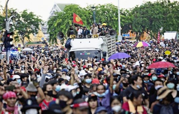 首相府に向けて行進する反体制運動のデモ隊(14日、バンコク)=AP